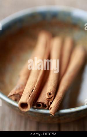 Les bâtons de cannelle dans un bol Banque D'Images