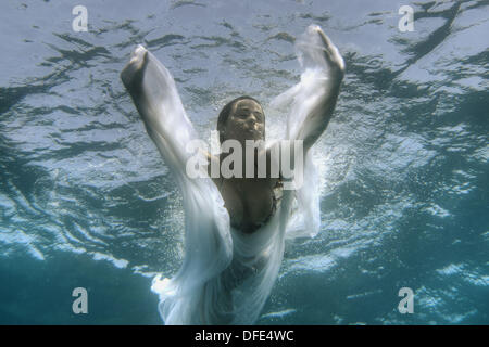 Girl swimming underwater: ange sous-marine. Banque D'Images