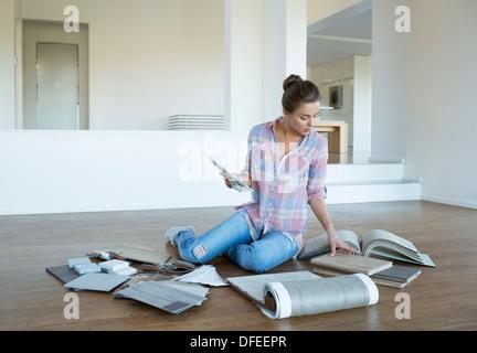 Tapis et carreaux femme affichage des nuanciers sur marbre in new house Banque D'Images