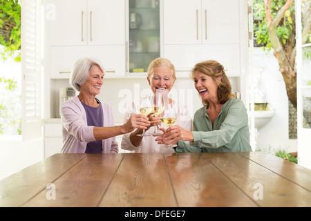 Les femmes âgées with dans la cuisine Banque D'Images