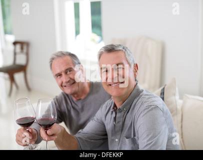 Portrait of senior men toasting wine glasses Banque D'Images