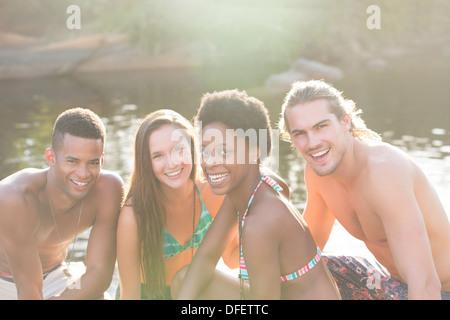 Friends smiling at Riverside Banque D'Images
