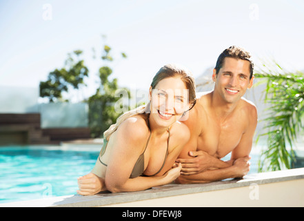 Couple relaxing in swimming pool Banque D'Images