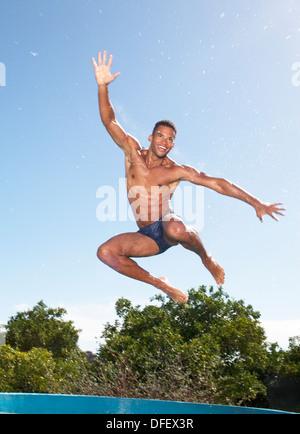 L'homme en maillot de bain sautant Banque D'Images