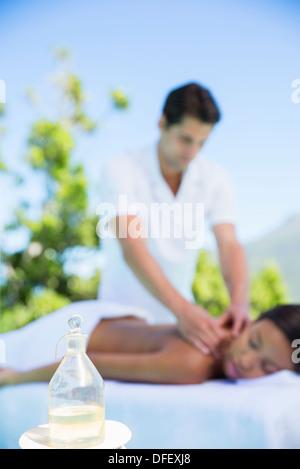 Woman receiving massage sur patio spa Banque D'Images