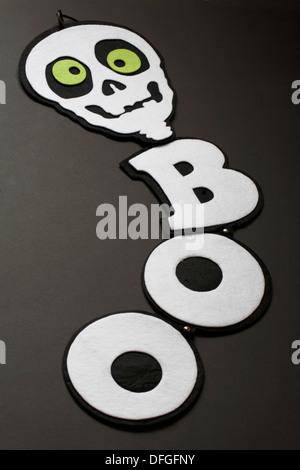 Boo crâne hanging décoration pour halloween sur fond noir