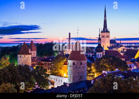 Skyline de Tallinn, Estonie, à l'aube. Banque D'Images