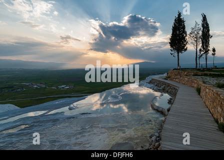Piscines et terrasses en travertin naturel au coucher du soleil à Pamukkale, Turquie Banque D'Images