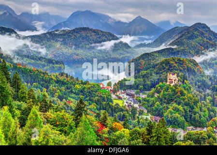 Jour brumeux dans les Alpes bavaroises près de Füssen, Allemagne. Banque D'Images