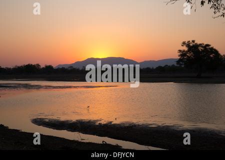 Coucher de soleil sur le fleuve Zambèze Banque D'Images