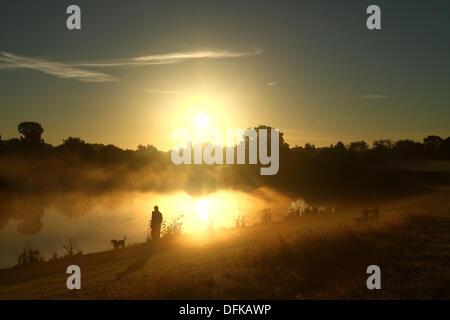 Peterborough (Cambridgeshire, Angleterre. 6 octobre 2013. Une personne sur un matin tôt pour marcher à travers la Banque D'Images
