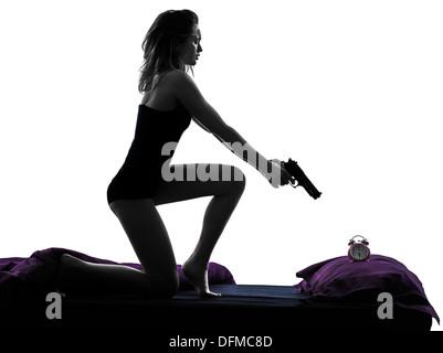 Une femme au lit silhouette studio sur fond blanc Banque D'Images