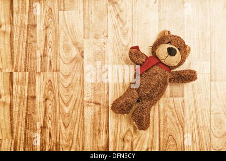 Ours en peluche jouet sur plancher en bois stratifié. Banque D'Images