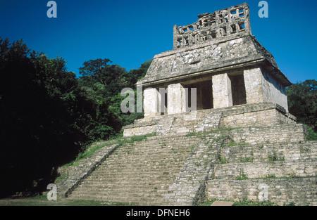 Peigne de toit bien conservé du Temple du Soleil, l'un des nombreux temples Mayas en ruine antique dans la jungle Banque D'Images