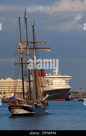 Bateau à voile en face de navire de croisière Queen Mary 2 au port, Hamburg Cruise Center Hafen City, Hambourg, Banque D'Images