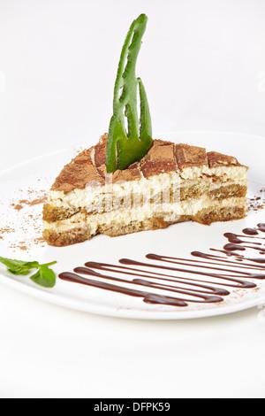 Tiramisu à la sauce au chocolat et caramel décor sur une plaque dans un café Banque D'Images