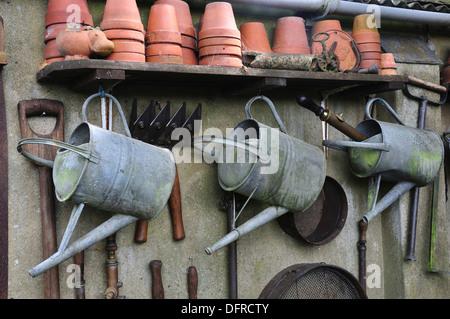 Outils de jardin stockées proprement empilé et UK Banque D'Images