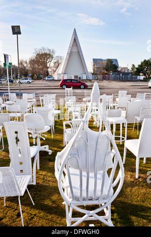 L'île du sud, Christchurch, Nouvelle-Zélande. Vide 185 chaises blanches, à la mémoire des morts, sur l'emplacement Banque D'Images