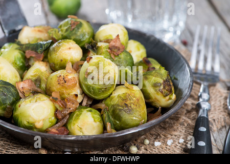 Partie de poêlée de choux de Bruxelles au jambon et oignons