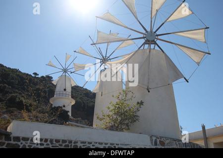 Windmilsl traditionnel grec contre le ciel bleu Banque D'Images