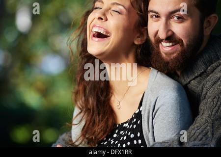 Droit de joyeux couple outdoors