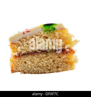 Une tranche de gâteau éponge Victoria fait maison sur un fond blanc Banque D'Images
