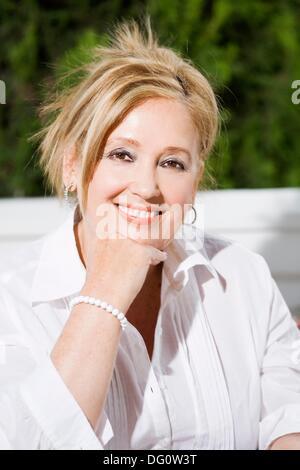 Portrait of a senior woman contenu dans le jardin Banque D'Images