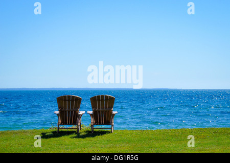 Deux chaises Adirondack sur la rive du lac Ontario, New York usa Banque D'Images