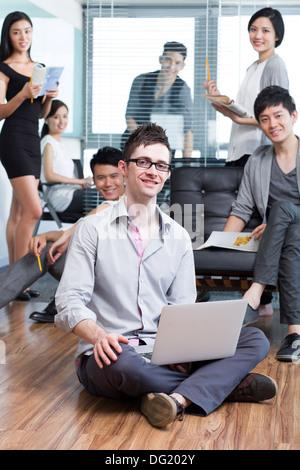 Heureux les travailleurs au travail d'équipe l'entreprise