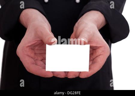 Cook est une holding blank business card dans a main entre ses doigts Banque D'Images