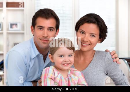 Mère Père petite fille fille indoor à huis clos Banque D'Images