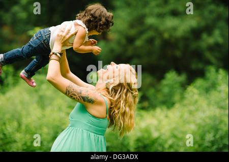 Mère enceinte, levant la tête de l'enfant Banque D'Images