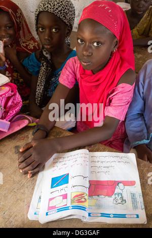 Sénégal, Touba. Les jeunes filles à l'Azhar, une école pour les études islamiques. Banque D'Images