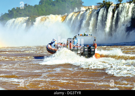 Le Brésil, le Parc National d'Iguaçu: Macuco Safari en bateau sur la rivière Iguaçu jusqu'à la base de l'Iguassu Banque D'Images
