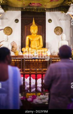 Pèlerins priant au Temple de la Dent sacrée (Temple de la dent) (Sri Dalada Maligawa) dans la région de Kandy, Sri Banque D'Images
