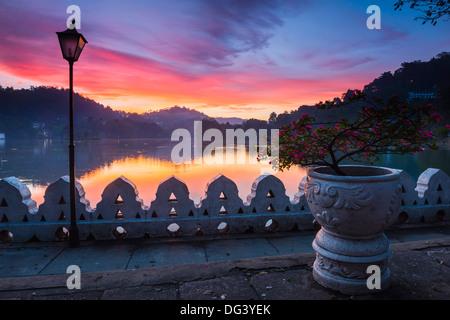 Lever de soleil spectaculaire sur le lac de Kandy et les nuages Wall (Mur) Walakulu, Kandy, Province du Centre, Banque D'Images