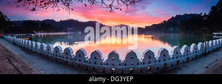 Lever du soleil sur le lac de Kandy et les nuages Wall (Mur) Walakulu, Kandy, Province du Centre, au Sri Lanka, Banque D'Images