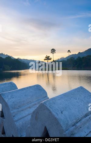 Le lac de Kandy au lever du soleil, l'île de la royal Maison d'été, avec le mur de nuages dans l'avant-plan, Kandy, Banque D'Images
