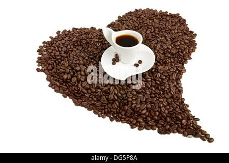 Tasse de café sur les grains de café en forme de coeur