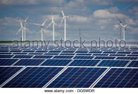 Les panneaux solaires et les éoliennes en arrière-plan, Grischow, plaque de lac mecklembourgeoise, Mecklenburg-Vorpommern, Banque D'Images