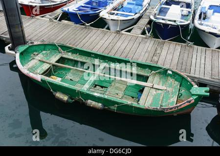 Pays basque, Euskadi - pêche en bord de mer et ville balnéaire de Getaria. Type de bateau local. Banque D'Images