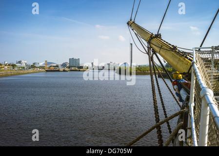 À bord du Tall Ship Glenlee vue du côté de beaupré jusqu'à la rivière Clyde vers le repère de la ville de Glasgow.
