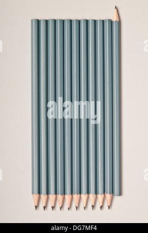 Crayons de suite, l'un tourné dans la direction opposée, concept pour contrarian Banque D'Images