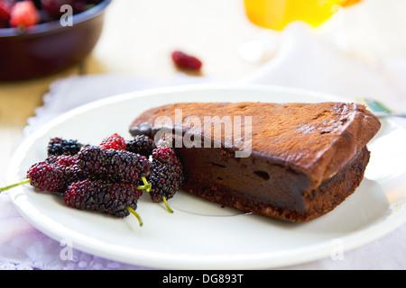 Torte truffe au chocolat par des baies et plateau