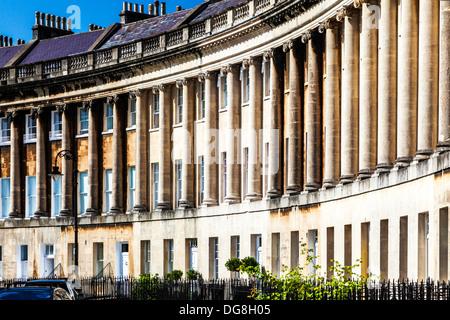 Partie de la façade géorgienne de maisons mitoyennes dans le Royal Crescent, Bath. Banque D'Images
