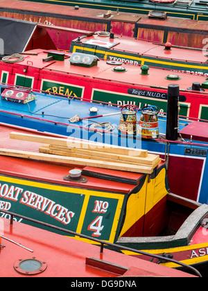 Péniche, narrowboats, et des ponts sur les canaux dans le centre-ville de Birmingham, Midlands, Angleterre Banque D'Images