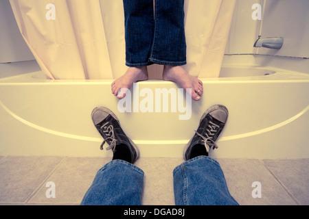 Close-up of a man's et les pieds de la femme dans une salle de bains Banque D'Images