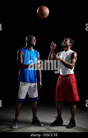 Portrait de deux joueurs de basket-ball avec ball mid air Banque D'Images