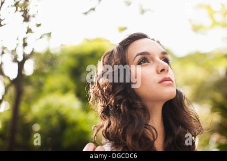 Young woman looking up, Close up Banque D'Images