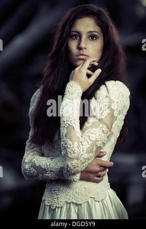 Jeune femme en robe de mariage Banque D'Images